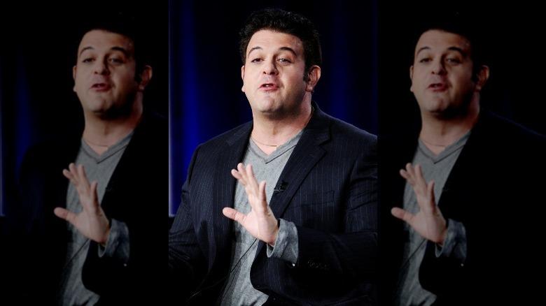 Adam Richman hablando con las manos