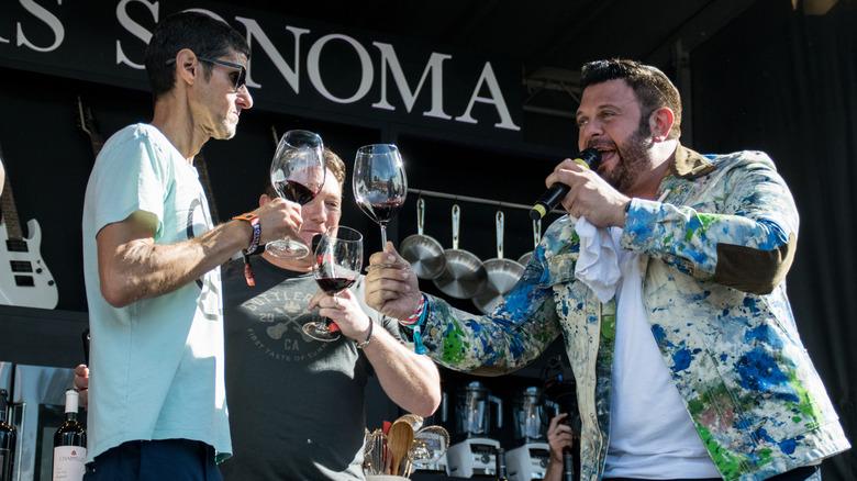 Adam Richman bebiendo vino con los Beastie Boys