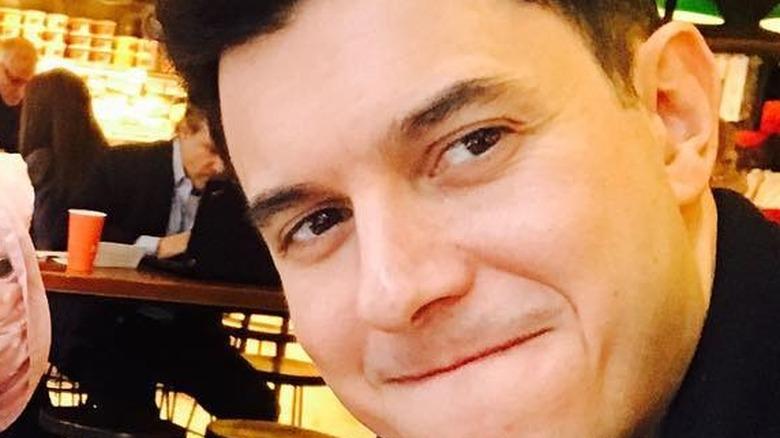 Tom Llamas en un restaurante