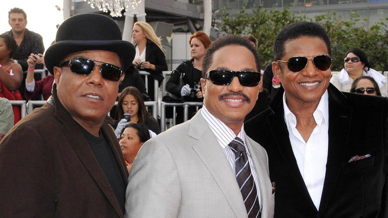 Tito, Marlon y Jackie Jackson todos sonriendo