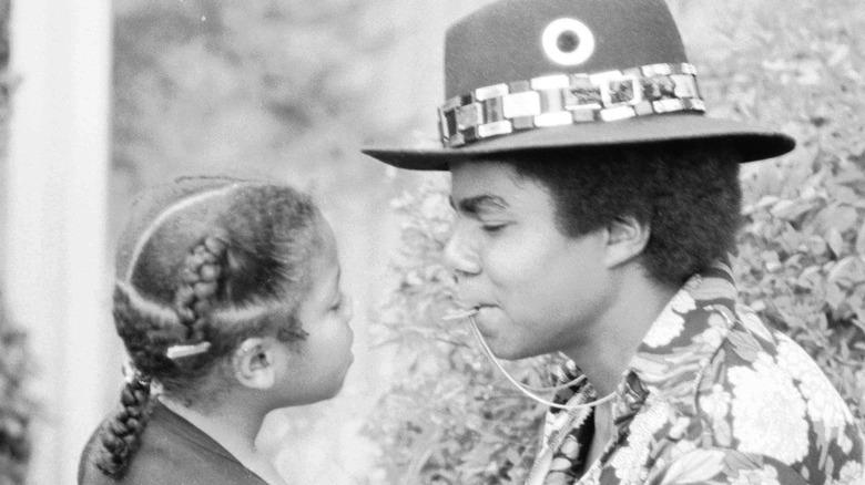 Young Janet y Tito Jackson mirándose