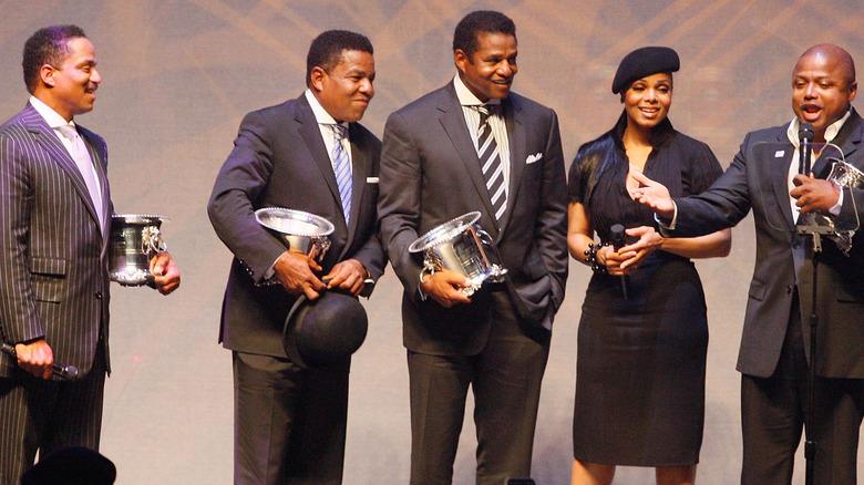Janet Jackson con hermanos en el escenario