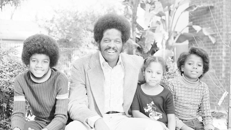 Una joven Janet Jackson con su familia, todos sentados.