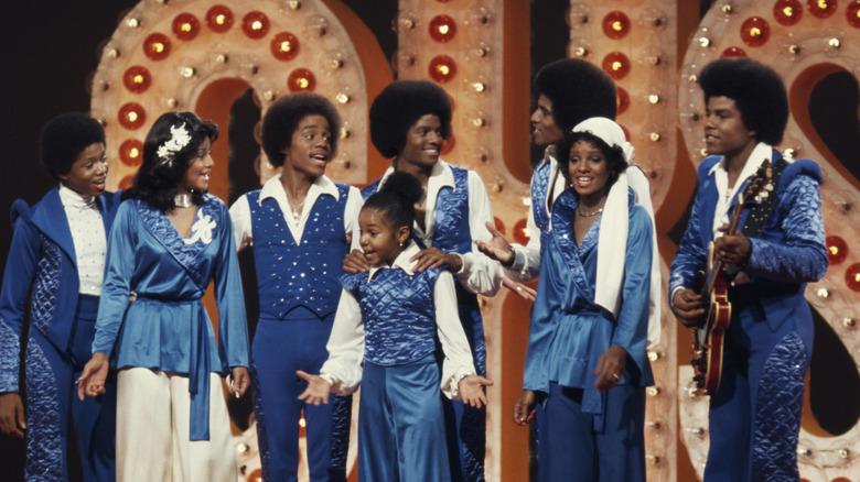 La joven Janet Jackson y su familia, en el escenario