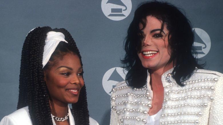 Janet y Michael Jackson, ambos sonriendo en la alfombra roja