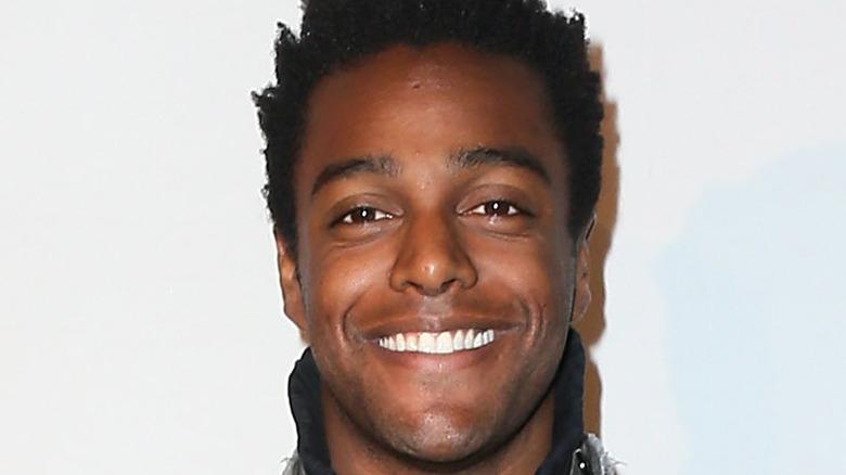 Austin Brown en la alfombra roja, sonriendo