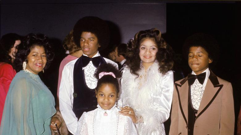 Joven Janet Jackson con familia, posando
