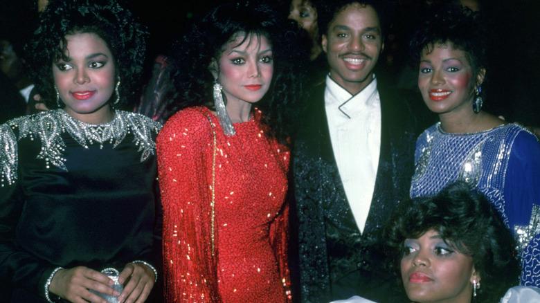 La joven Janet Jackson con sus hermanos, todos glamorosos y sonrientes
