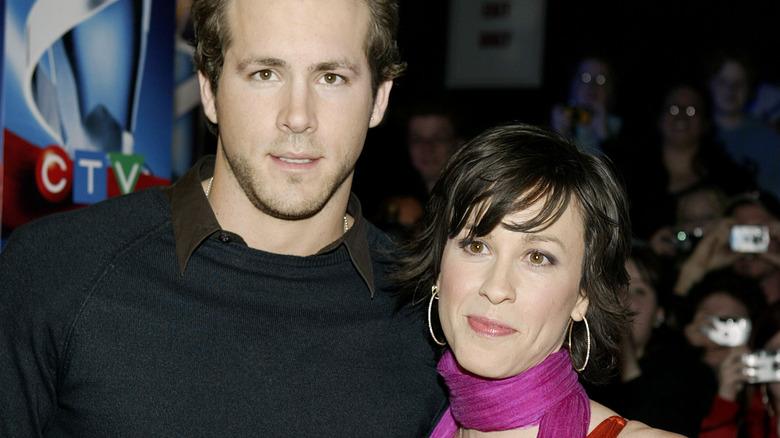 Ryan Reynolds y Alanis Morissette posando juntos