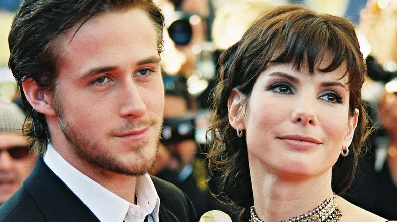 Ryan Gosling y Sandra Bullock posando juntos