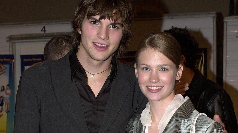 Ashton Kutcher y January Jones sonriendo