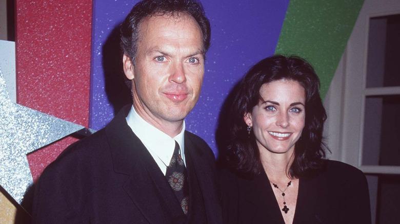 Michael Keaton y Courteney Cox sonriendo