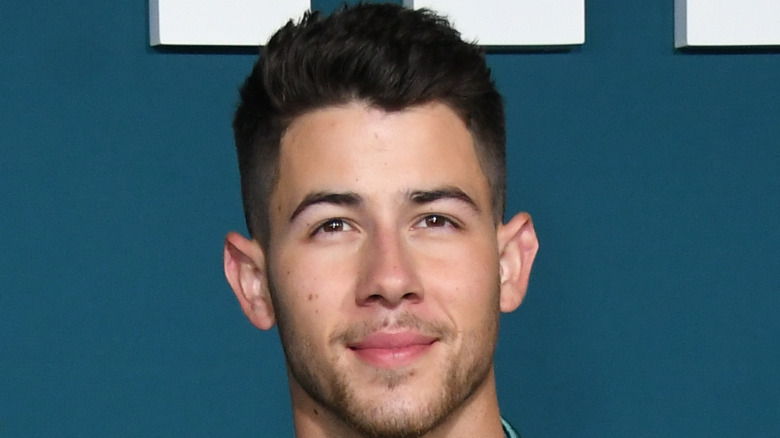 Nick Jonas sonriendo