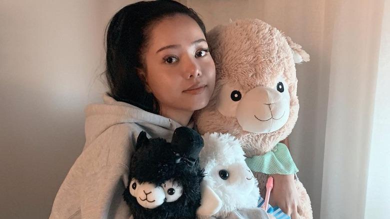 Bella Poarch abraza alpacas rellenas