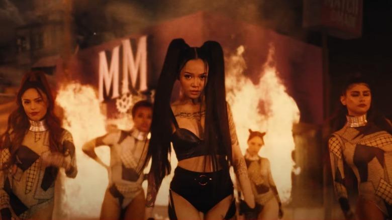 Bella Poarch con Valkyrae y Mia Khalifa en video musical