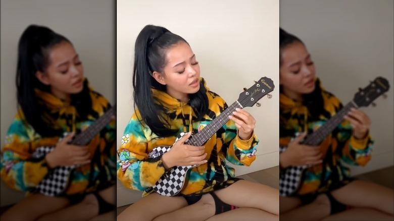 Bella Poarch tocando el ukelele