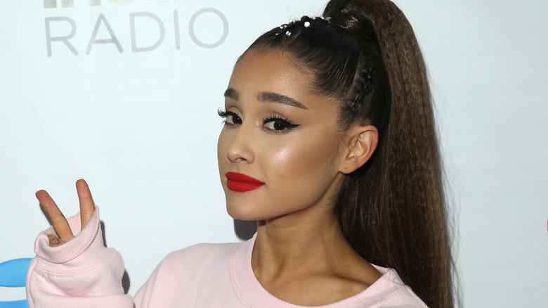 Signo de la paz de Ariana Grande