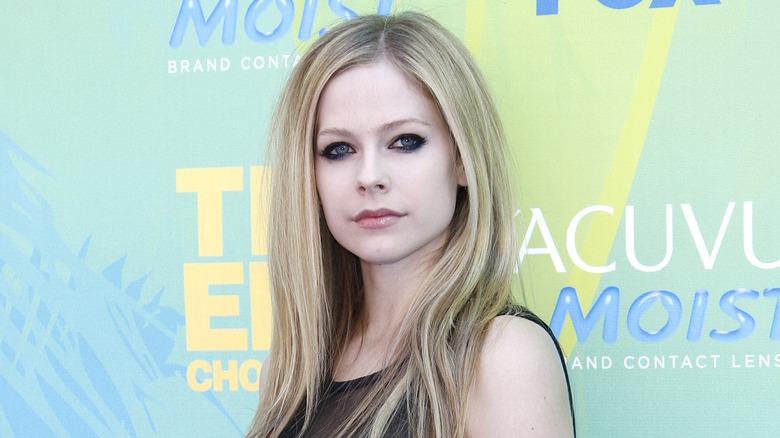 Avril Lavigne posando en una alfombra roja