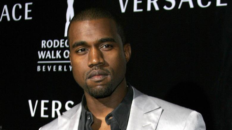 Kanye West posando en la alfombra roja