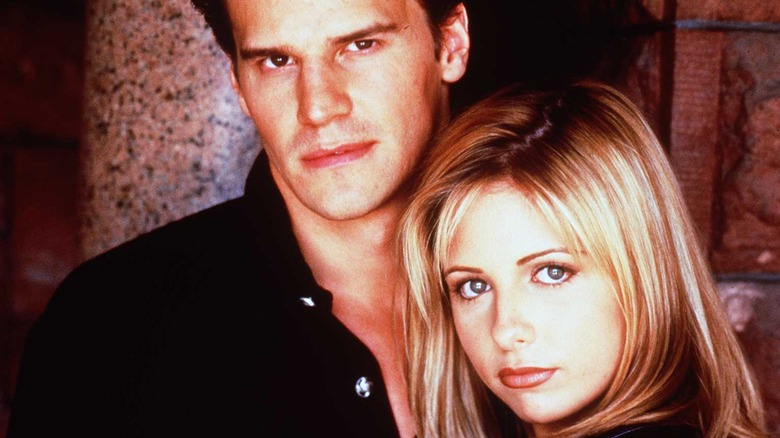 David Boreanaz y Sarah Michelle Gellar como Angel y Buffy