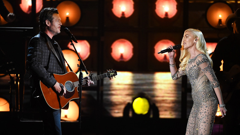 Blake Shelton y Gwen Stefani actuando juntos