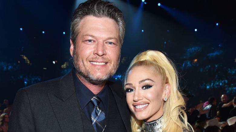 Blake Shelton y Gwen Stefani sonriendo