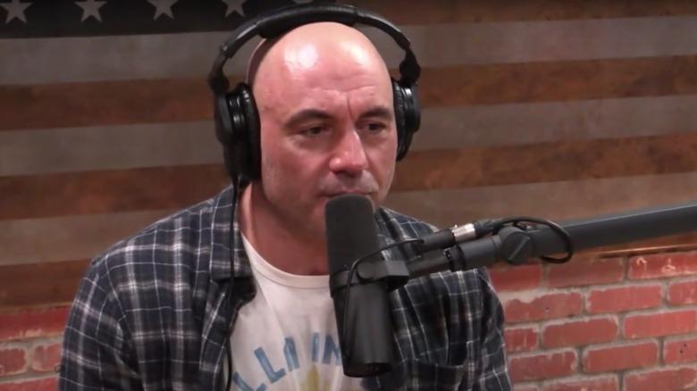 Joe Rogan en el micrófono