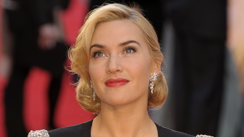 Kate Winslet mirando hacia arriba