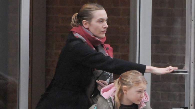 Kate Winslet sosteniendo la puerta para su hija Mia