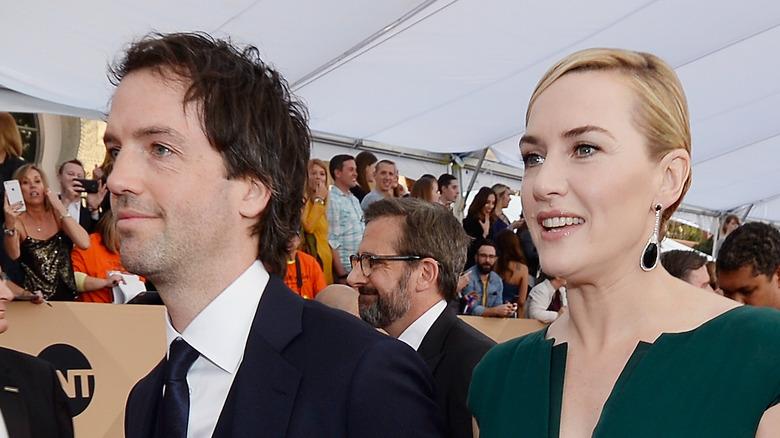 Kate Winslet y Edward Abel Smith caminan por la alfombra roja
