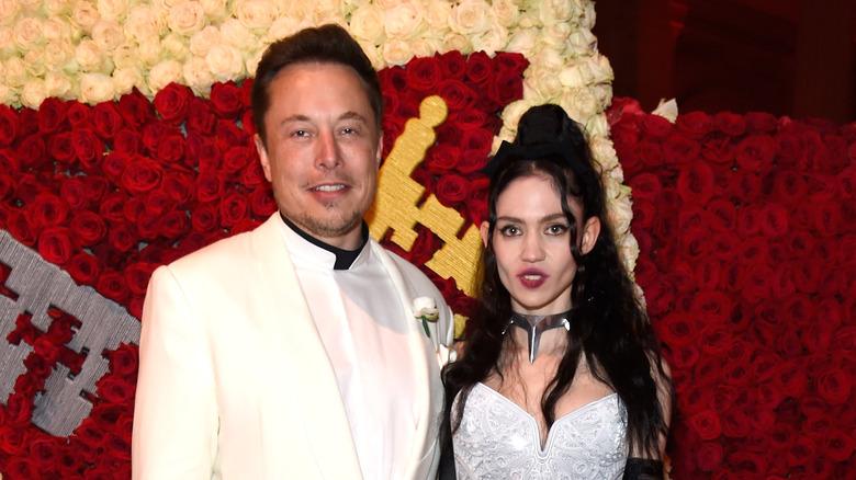 Elon Musk y Grimes en un evento