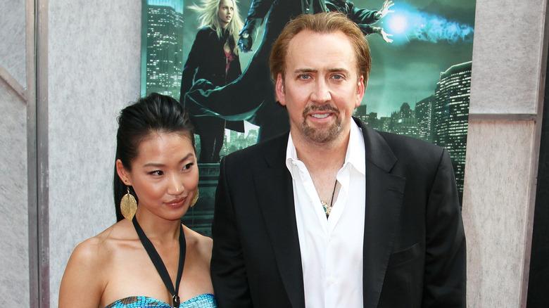 Nicolas Cage y Alice Kim en un evento