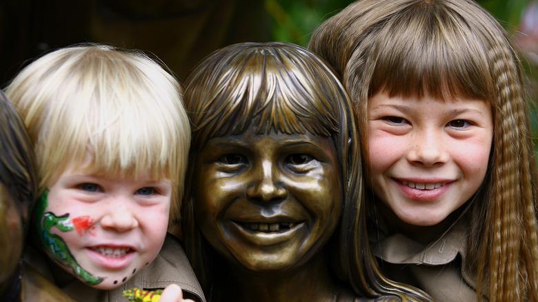 Robert y Bindi Irwin posan con una estatua de la familia en 2007