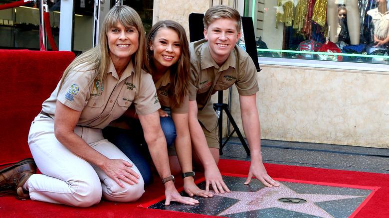 Terri, Bindi y Robert Irwin en la estrella del Paseo de la Fama de Hollywood de Steve Irwin