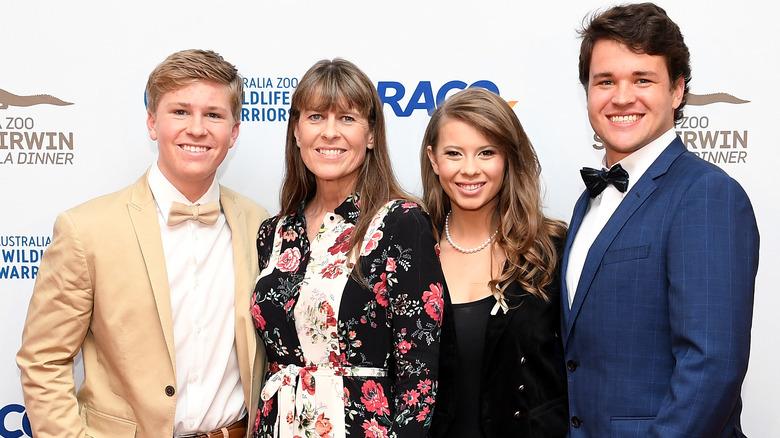 Robert Irwin, Terri Irwin, Bindi Irwin y Chandler Powell en 2019