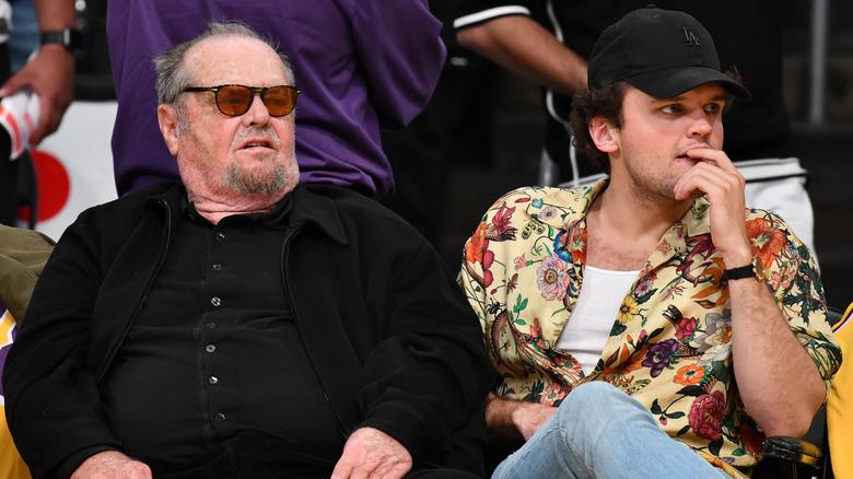 Ray y Jack Nicholson miran juntos un partido de baloncesto
