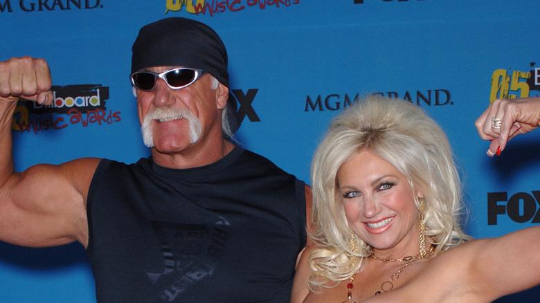 Hulk Hogan y Linda Hogan flexionando