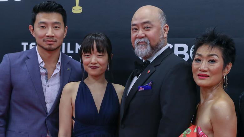 Simu Liu y el elenco de Kim's Convenience, posando