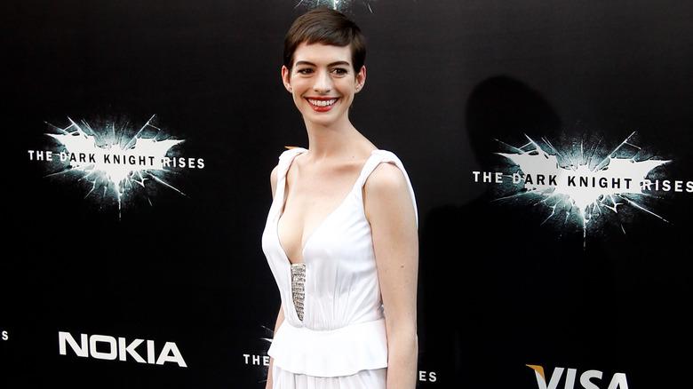 Anne Hathaway sonriendo