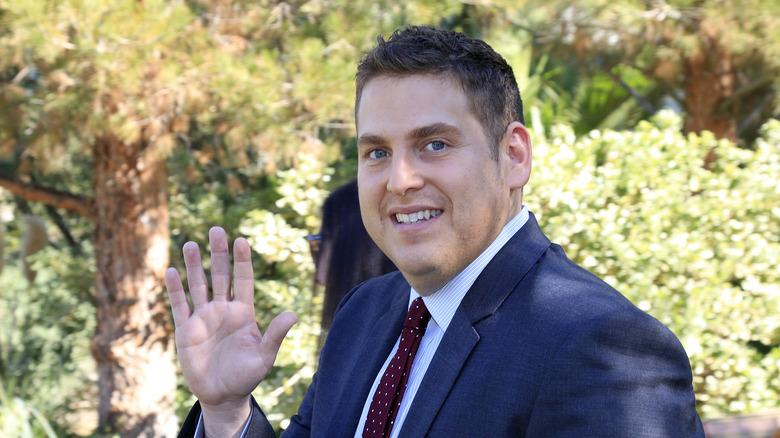 Jonah Hill saludando
