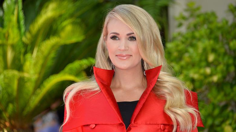 Carrie Underwood en rojo, sonriendo