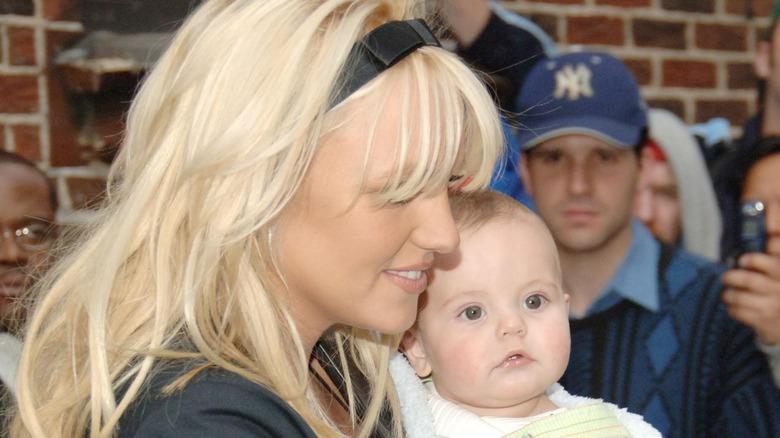 Britney Spears sosteniendo a Sean Preston Federline