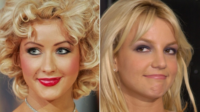 Christina Aguilera sonriendo, Britney Spears de reojo