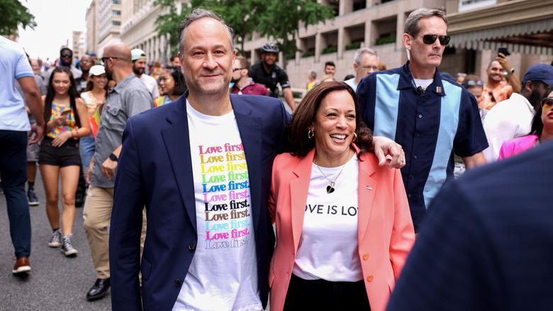 Kamala Harris y Doug en la marcha del Orgullo
