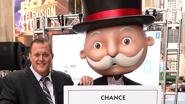 Billy Gardell y el Sr. Monopoly