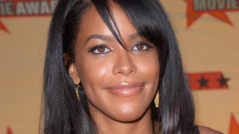 Aaliyah sonriendo