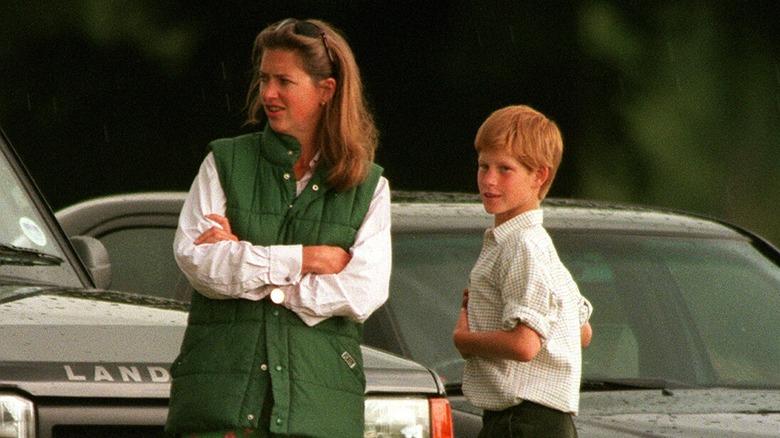 Tiggy Legge-Bourke y el joven príncipe Harry hablando