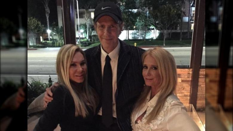 Adrienne Maloof, Monty Brinson y Kim Richards posando para una foto
