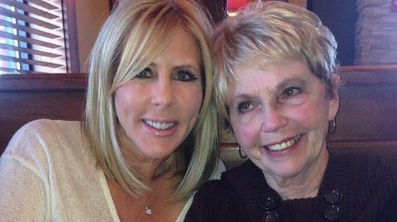 Vicki Gunvalson y su madre, Joanne Steinmetz, posando para una foto