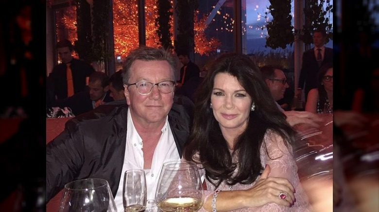 Lisa Vanderpump y su hermano Mark Vanderpump posando juntos